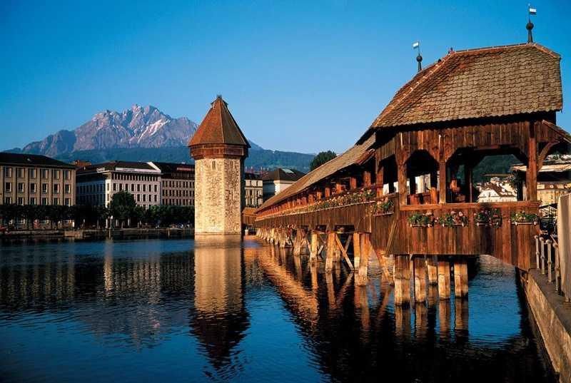 جسر تشابل الخشبي من اهم معالم السياحة في لوزيرن قريب من متحف لوزيرن التاريخي في سويسرا