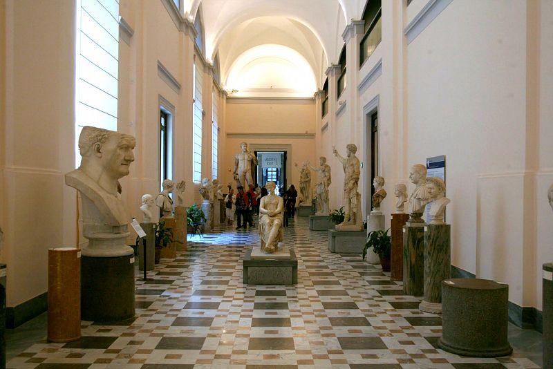 المتحف الاثري الوطني في مدينة نابولي ، حيث يعد من اهم الاماكن السياحية في نابولي