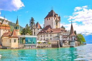 قلعة اوبرهوفن في انترلاكن السويسرية