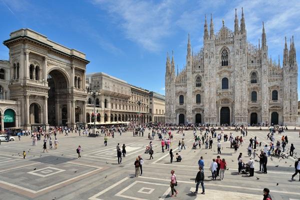 ساحة دومو في مدينة ميلان ، تعد من اهم الاماكن السياحية في ميلان