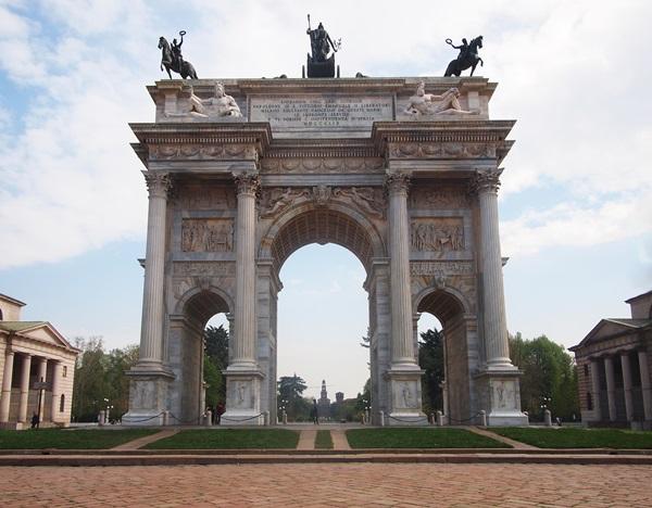قوس السلام او قوس النصر من اهم المعالم السياحية في ميلان