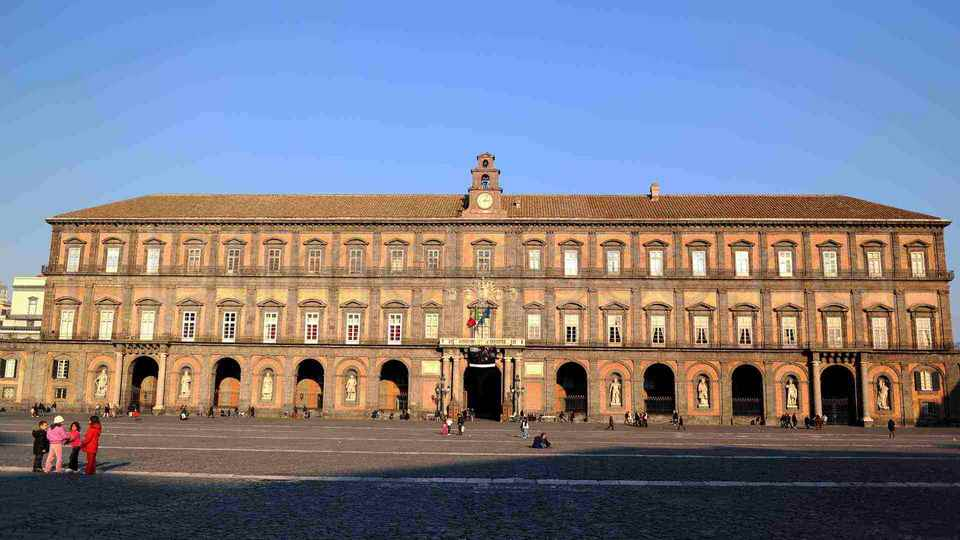 القصر الملكي في مدينة نابولي من اكثر اماكن سياحية في نابولي ايطاليا