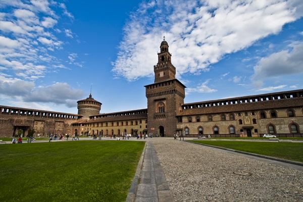 قلعة سفورزيسكو من اجمل المعالم التاريخية في مدينة ميلان
