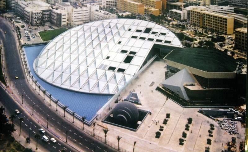 تعتبر مكتبة الاسكندرية من اكبر و اشهر اماكن السياحة في مصر