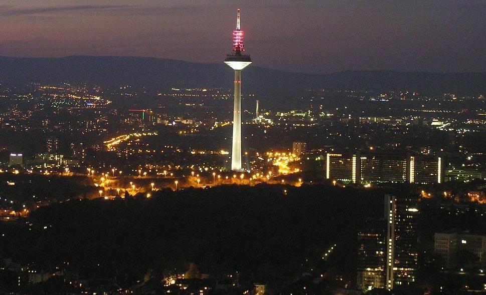 برج اوروبا في مدينة فرانكفورت المانيا ، يعتبر البرج من اهم اماكن السياحة في فرانكفورت