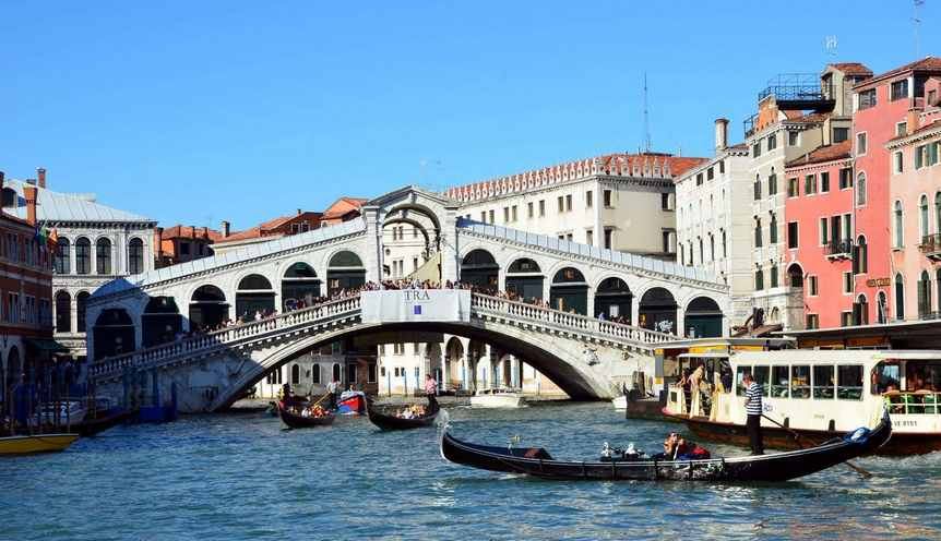 جسر ريالتو من افضل اماكن السياحة في مدينة البندقية