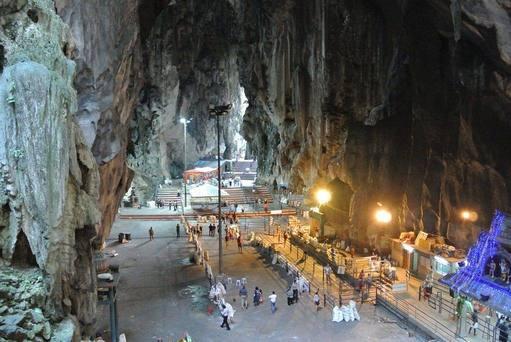 كهوف باتو في كوالالمبور تعد كهوف باتو من افضل اماكن سياحية في كوالالمبور ماليزيا