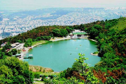 بحيرة السلاحف من اجمل الاماكن السياحية في تبليسي جورجيا