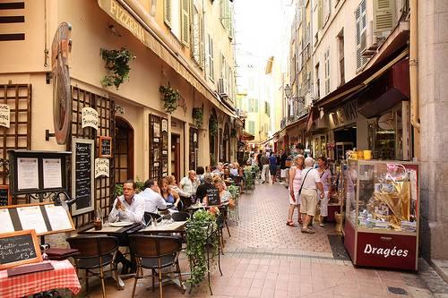 تعد المدينة القديمة في نيس من افضل اماكن السياحة في فرنسا