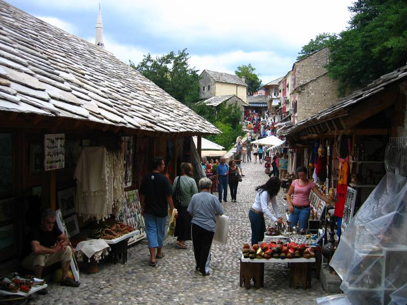 السوق القديم الواقع بجانب الجسر القديم في مدينة موستار البوسنة والهرسك
