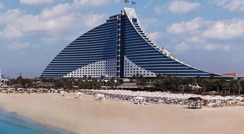 يعد شاطئ جميرا من اجمل شواطئ دبي الامارات