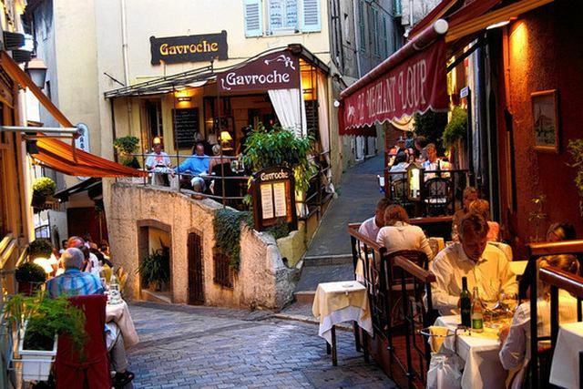 المدينة القديمة من افضل اماكن السياحة في كان فرنسا