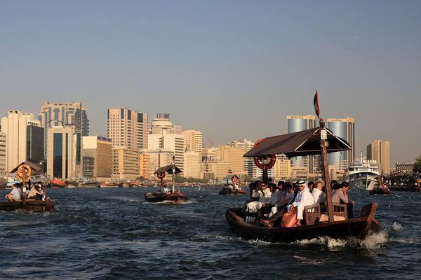 خور دبي الذهاب في رحلة القارب والتعرف على افضل اماكن السياحة في دبي