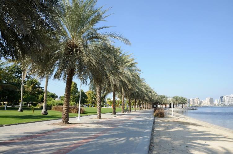 كورنيش خور دبي المرفق بالمنتزهات والمطاعم الفاخرة ، تعرف معنا على افضل الانشطة في خور دبي الاجمل من بين اماكن السياحة في دبي