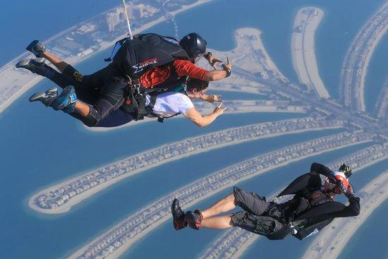 قم بزيارة افضل الاماكن السياحية في دبي اثناء قفزك من السماء من سكاي دايف دبي