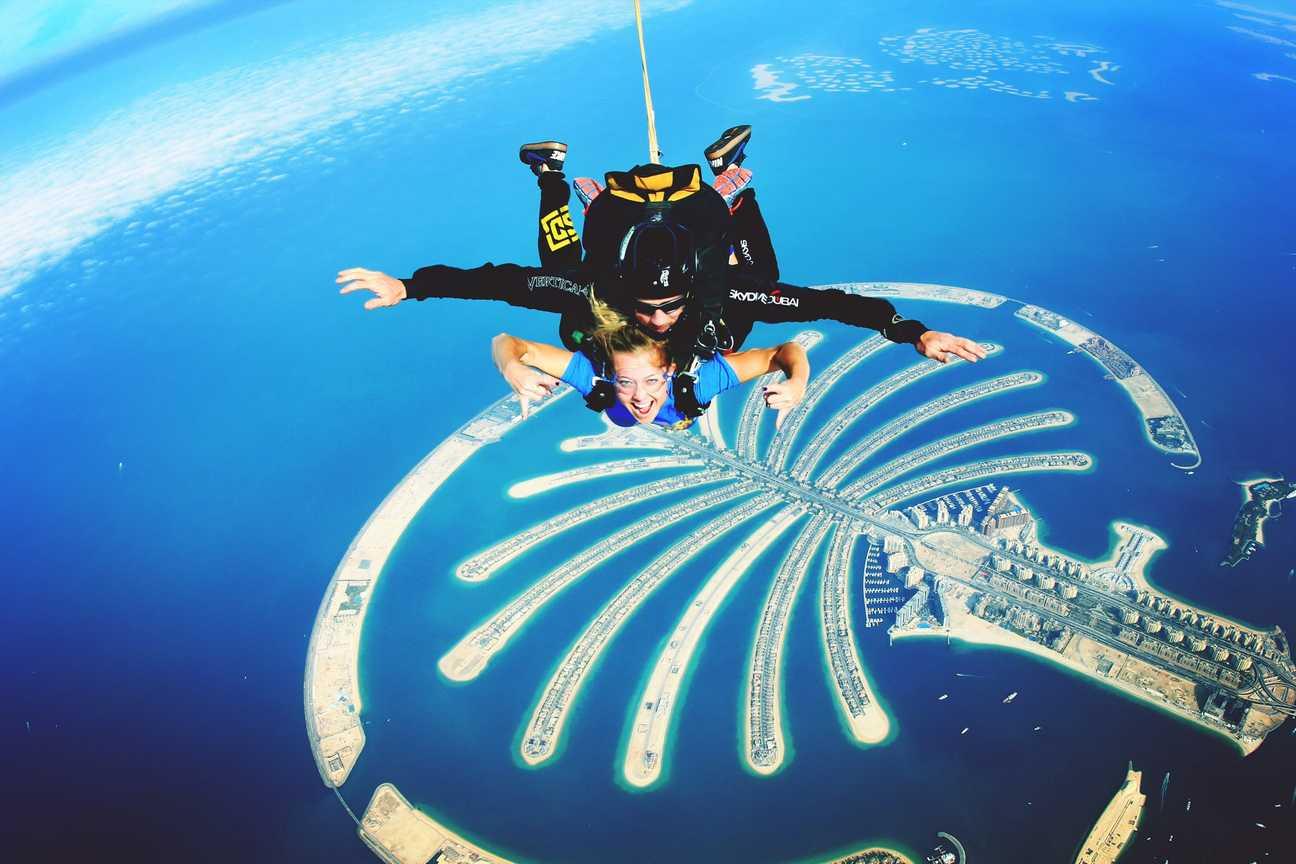 القفز المظلي سكاي دايف دبي من افضل انشطة السياحة في دبي