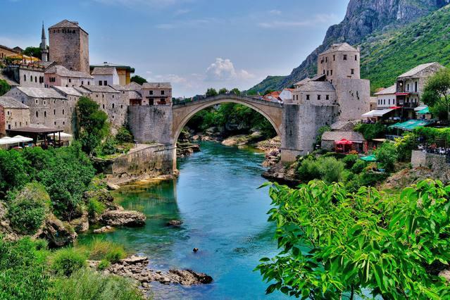 الجسر القديم في موستار يعتبر من اهم اماكن السياحة في البوسنة والهرسك