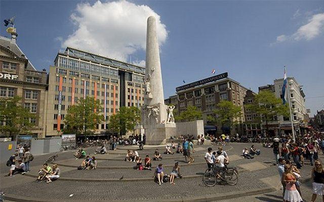 دام سكوير من اهم اماكن السياحة في امستردام