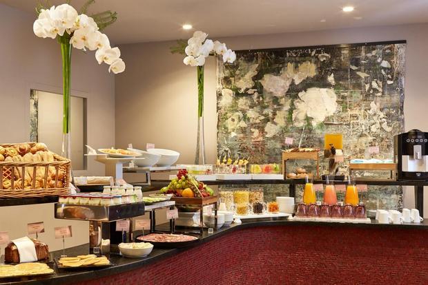 يُقدّم فندق جوليانا بباريس وجبة إفطار غنية بالأصناف كل صباح