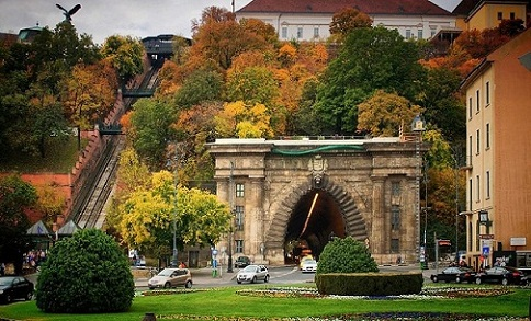 باحة آدام كلارك في جسر السلسلة المعلق من افضل الاماكن السياحية في بودابست المجر