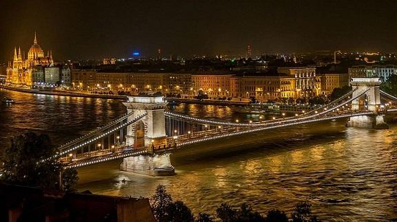 جسر السلسلة المعلق بودابست المجر