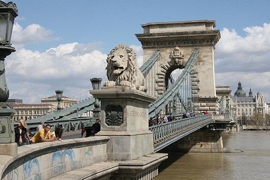 جسر السلسلة المعلق من اهم اماكن السياحة في بودابست المجر