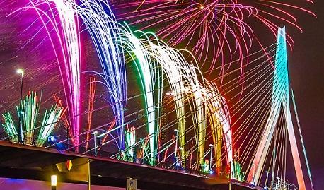 الألعاب النارية في جسر إيراسموس في روتردام
