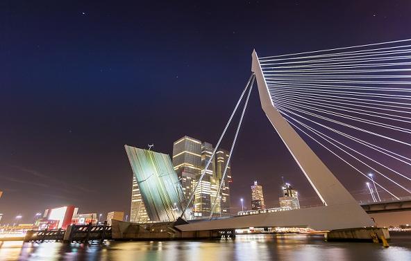 جسر إيراسموس في مدينة روتردام الهولندية