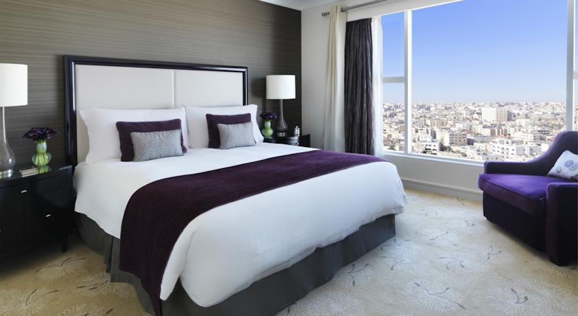 يقع فندق فورسيزونز عمّان أعلى تل بمدينة عمان ، ويوفر أماكن إقامة فاخرة مع إطلالات بانورامية على المدينة، ويشتمل على مسابح داخلية وخارجية وجيم وسبا وملعب سكواش