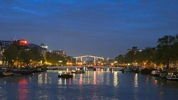 جسر ماجيري من افضل الاماكن السياحية في امستردام