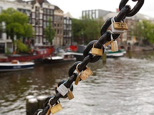 جسر ماجيري من اهم اماكن السياحة في امستردام