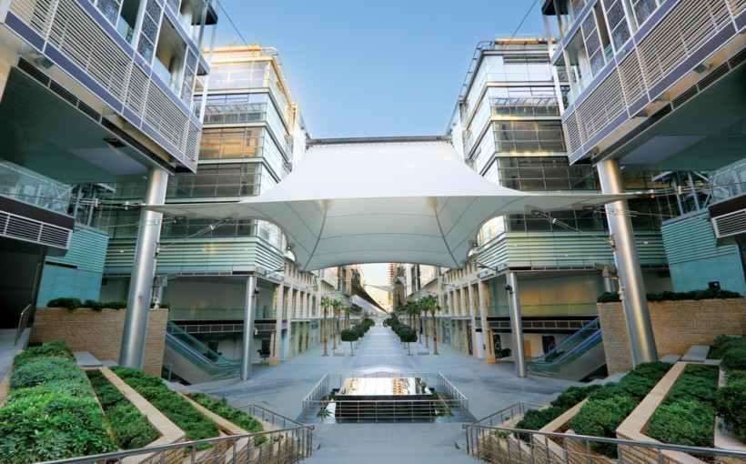 يقع البوليفارد أرجان من روتانا في وسط المدينة الجديد - العبدلي في وسط الحي التجاري في عمان، ويقدم غرف مصممة بذوق وصنّف من افضل فنادق عمان الأردن