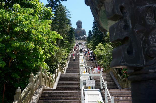متحف و تمثال بوذا الكبير من اشهر معالم السياحة في هونج كونج الصين