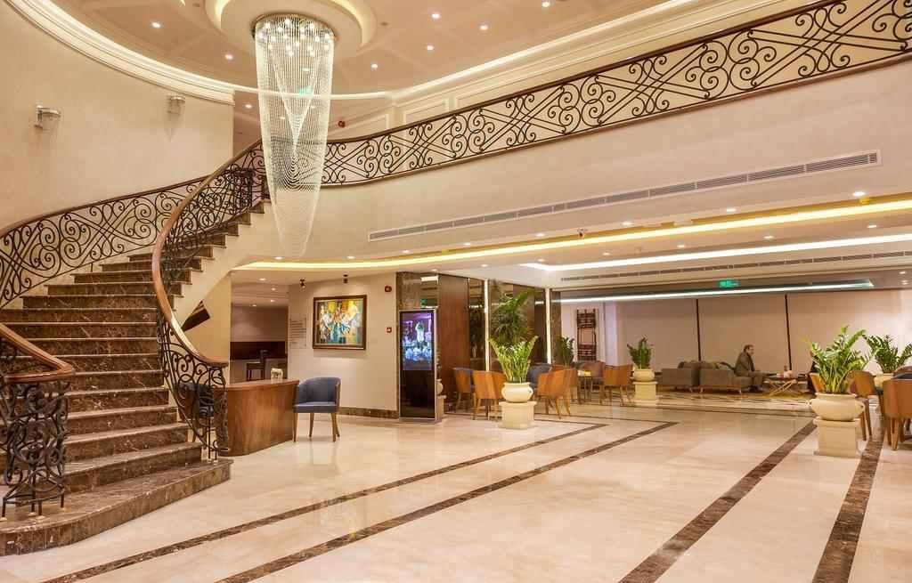 يوفر فندق جراسا أماكن إقامة عصرية في شارع الجامعة في عمان ويتميز بمسبح خارجي موسمي مع شلال مياه، كما يمكن للضيوف الاستمتاع بخدمة الواي فاي مجانًا في جميع أنحاء مكان الإقامة