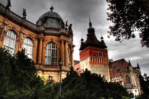 ميدان الابطال من اشهر اماكن السياحة في بودابست المجر