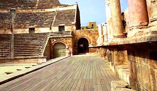 المسرح الروماني في جبل القلعة في عمان ، من ابرز معالم عمان في الاردن