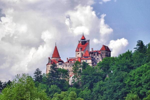 قلعة دراكولا من اشهر الاماكن السياحية في بوخارست رومانيا