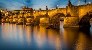 جسر تشارلز في براغ من اجمل اماكن السياحة في براغ التشيك
