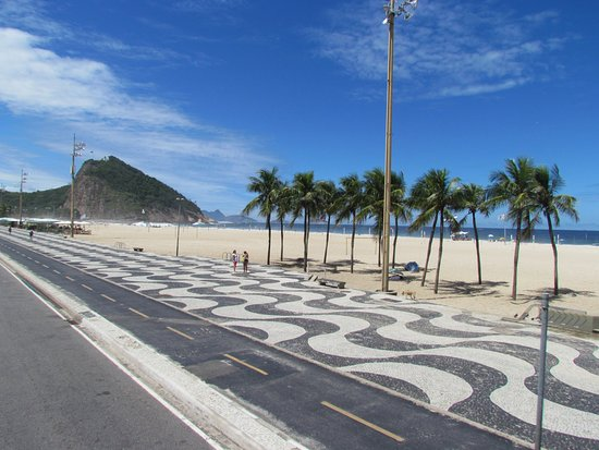 شاطئ كوباكابانا في مدينة ريو دي جانيرو البرازيلية