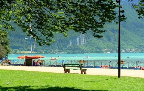 إطلالات البحيرة في حدائق أوروبا
