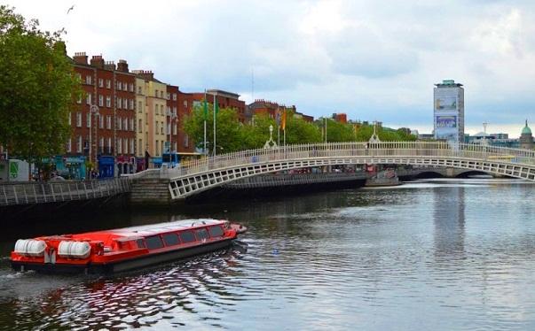 رحلة القارب في جسر هابيني في دبلن