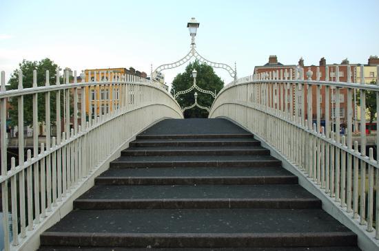 جسر هابيني في مدينة دبلن ايرلندا
