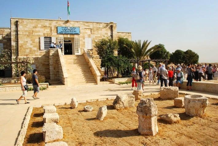 مدخل متحف الآثار الأردني في عمان