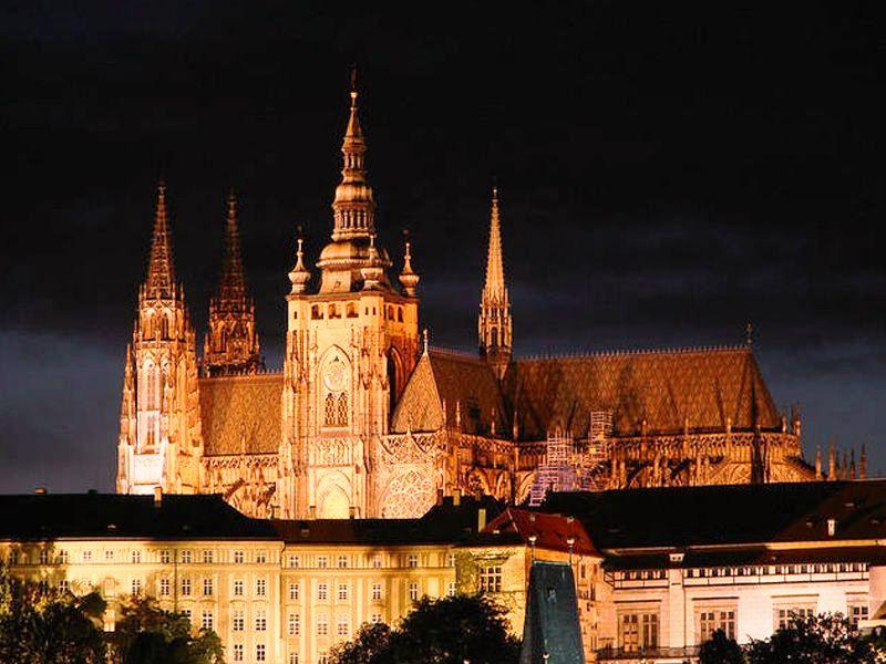 مشهد خارجي لقلعة براغ - اهم الاماكن السياحية في براغ