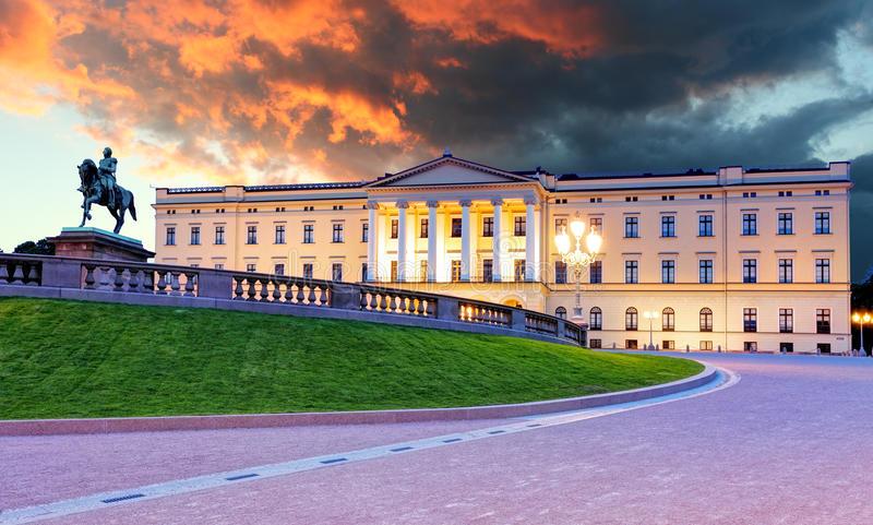 القصر الملكي في اوسلو من اجمل اماكن السياحة في اوسلو النرويج