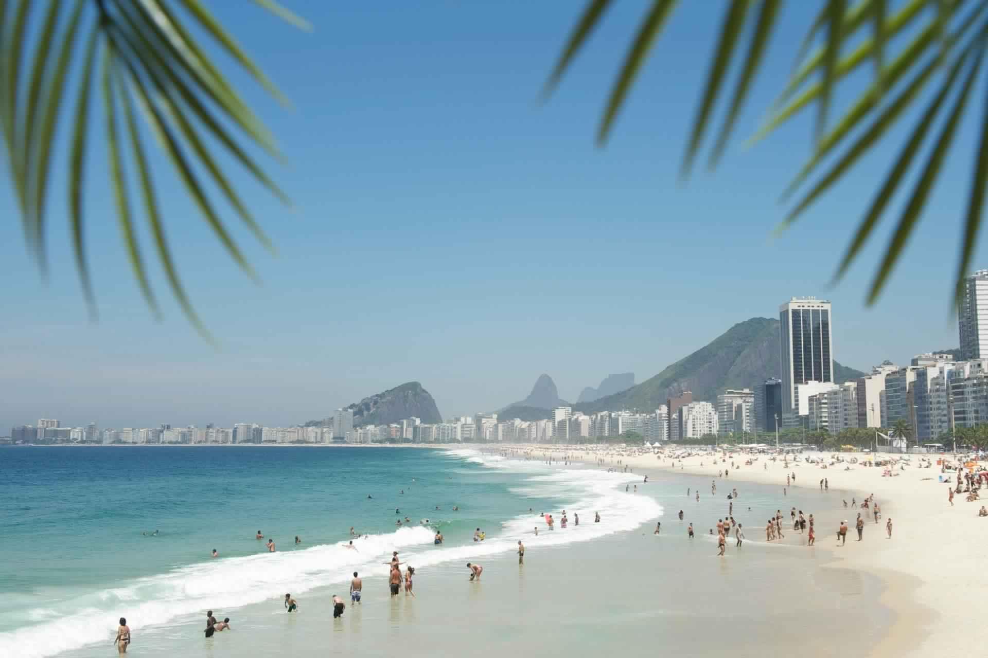 شاطئ كوباكابانا ريو دي جانيرو البرازيل