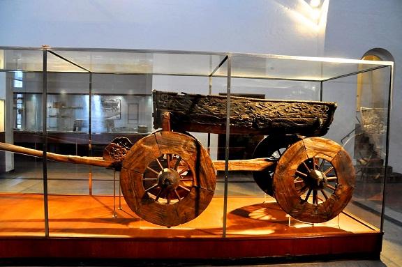 العربة الخشبية في متحف سفينة الفايكينغ في أوسلو