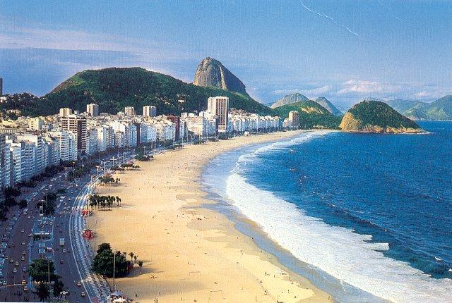 شاطئ كوباكابانا من اهم الاماكن السياحية في ريو دي جانيرو البرازيل