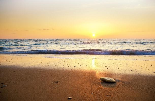 الغروب في شاطئ الحفاير في العقبة