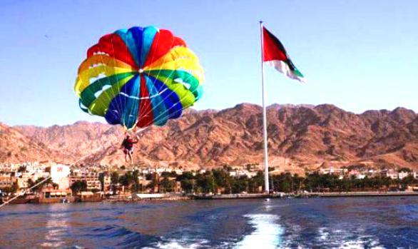 الطيران الشراعي في متنزه العقبة المائي من انشطة السياحة في العقبة الاردن